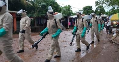 Miembros del Ejército en jornada de fumigación en Bilwi