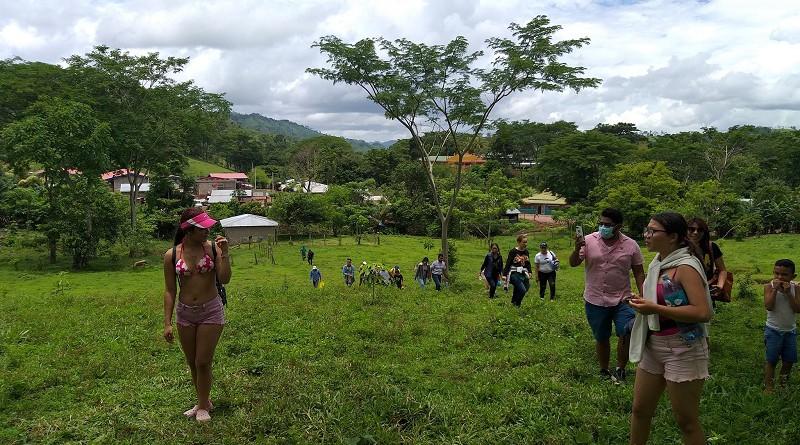 Excursionistas de Managua en Waslala rumbo a la cascada El Ángel