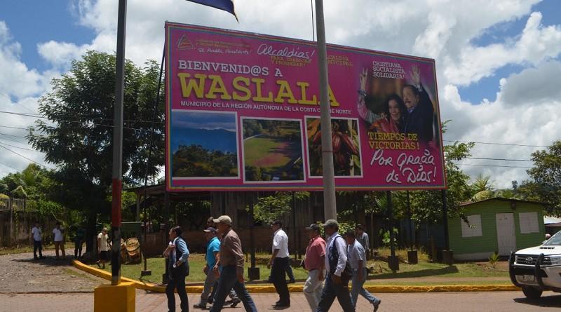 Durante su estancia en Waslala también camino por la ciudad para examinar las calles y demás infraestructura pública, todo en su conjunto en buen estado.