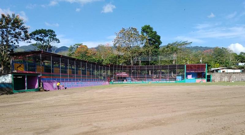 La presidenta del Inifom visitó el estadio de beisbol Jesús Zeledón, campo de futbol y el polideportivo. Conoció que pintores locales embellecerán el muro perimetral con su arte pictórico.