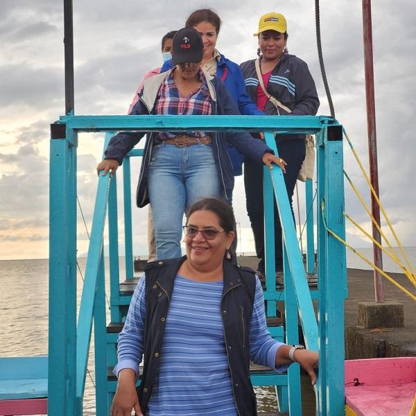 Acceso a la barca flotante