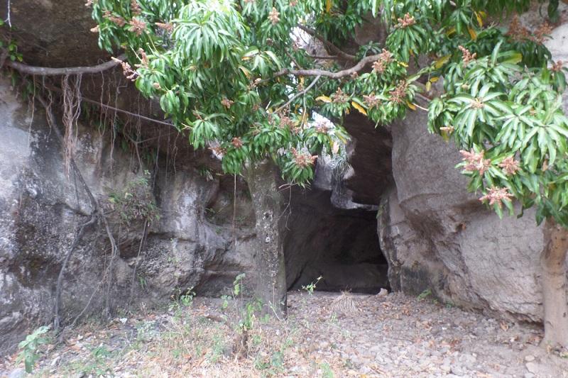 En la Cueva del Aserrío se observan pequeñas cavernas excavadas por la erosión de una quebrada que corta el camino y permite ver la geología de la zona.