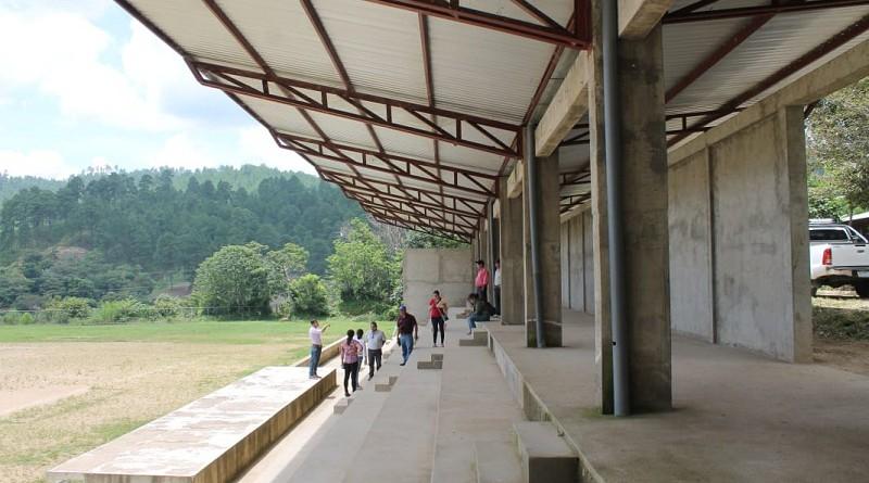El estadio un lugar para los deportes de béisbol y fútbol.