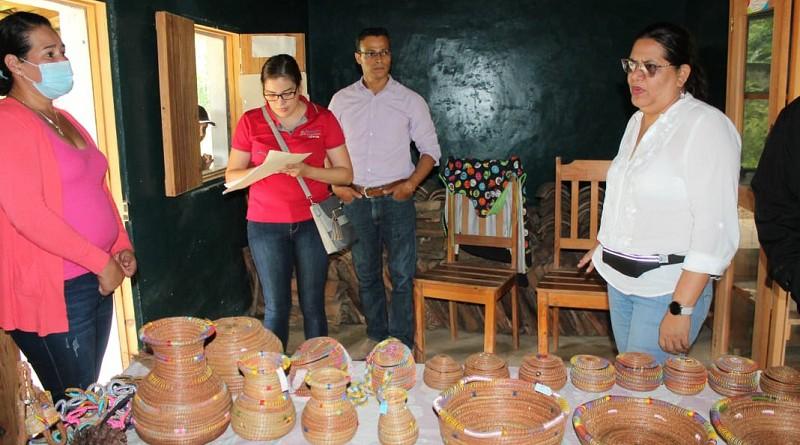Las mujeres cooperadas venden sus productos en ferias y ya preparan manualidades utilitarias y ornamentales para las ofertas de fin de año comentaron las protagonistas.