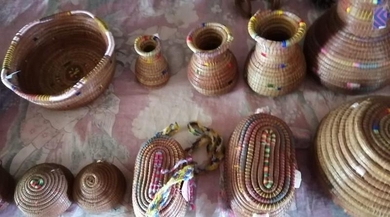 lLas agujetas de las hojas de pinos convertidas en artesanía por  laboriosas mujeres cooperadas