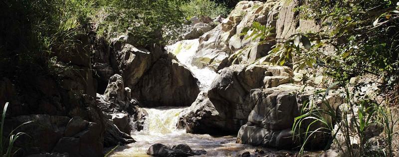 Río Dipilto: Este recurso hídrico con sus pinares de galería que bordean el curso de sus aguas y drenajes naturales, es un lugar atractivo para excursiones.