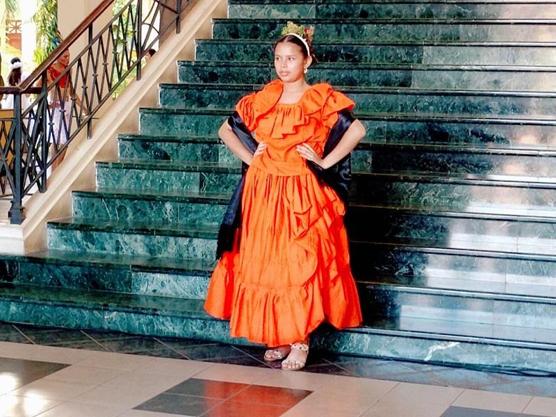 Traje de Las Inditas: Representado por la Reina de las Fiestas Patrias de Catarina Nadir Azalia Motta Molina y la Escuela Municipal. Simboliza la laboriosidad de la mujer del pueblo; es un baile  con  movimientos suaves y coqueteos.