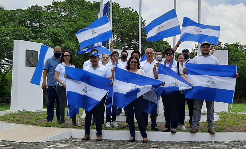 La presidenta del Inifom Guiomar Irías junto a integrantes de la delegación institucional en el monumento a la Unión Centroamericana