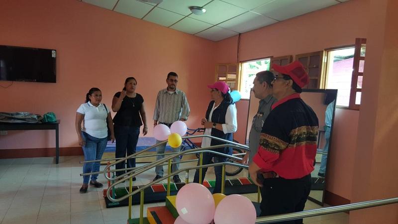 Equipo de fisioterapia  en la casa de atención a  personas con necesidades especiales de salud