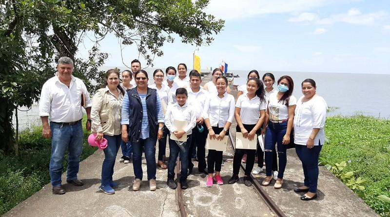 La presidenta del Inifom con miembros del grupo coral municipal