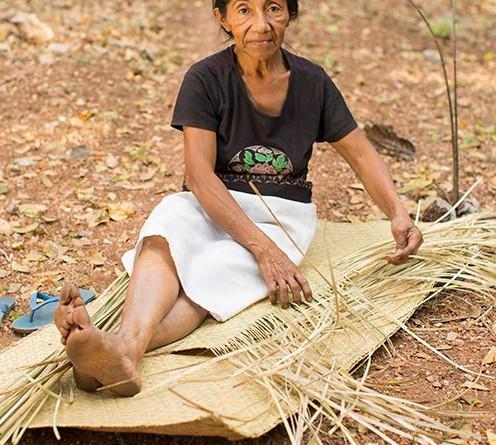 En El Cuje, un grupo de mujeres artesanas se dedican a la elaboración de petates de tule, planta que crece silvestre en la zona