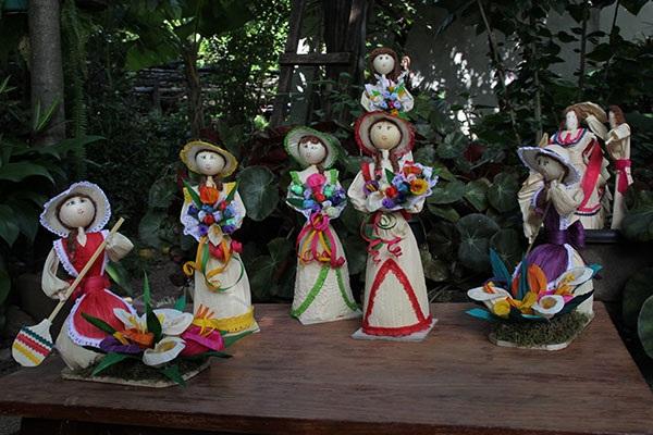 Otras que elaboran muñecas, flores nacimientos, ángeles y cuadros de pared de la tuza, envoltura del maíz.
