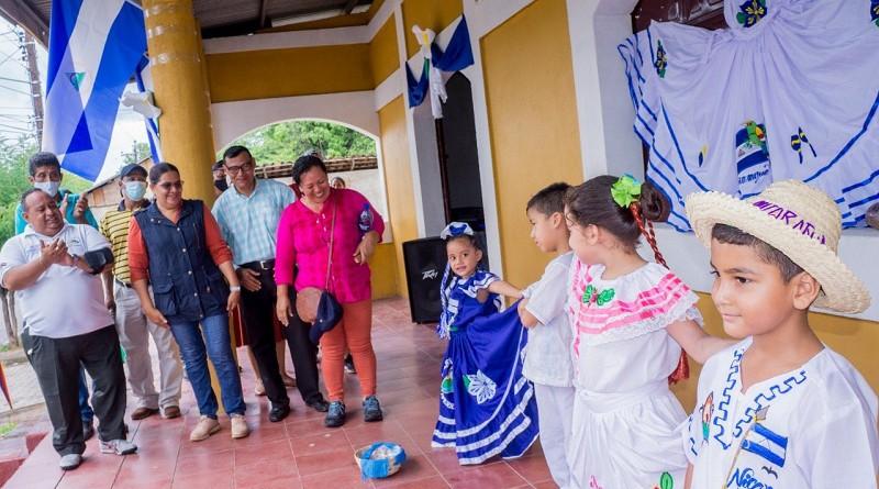 Con los trajes folclóricos, integrantes de la escuela de danza municipal