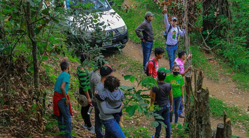 Jovenes practican senderismo en  el mirador El Perote