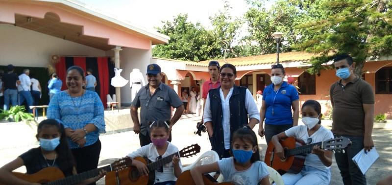 Al fondo  la casa de cultura e integrantes de ese espacio artístico dedican una pieza musical a  la visitante