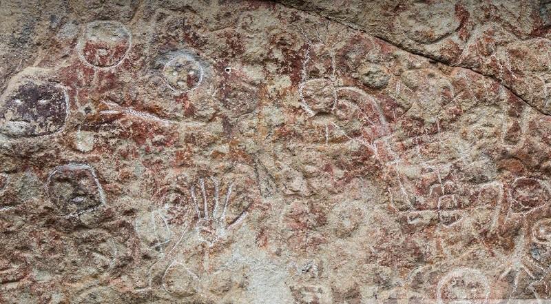 Sitio Arqueológico Piedras Pintadas Icalupe: Lugar de arte rupestre, muestra figuras humanas, animales y geométricos en colores rojo, naranja, crema y violeta, único en el país.