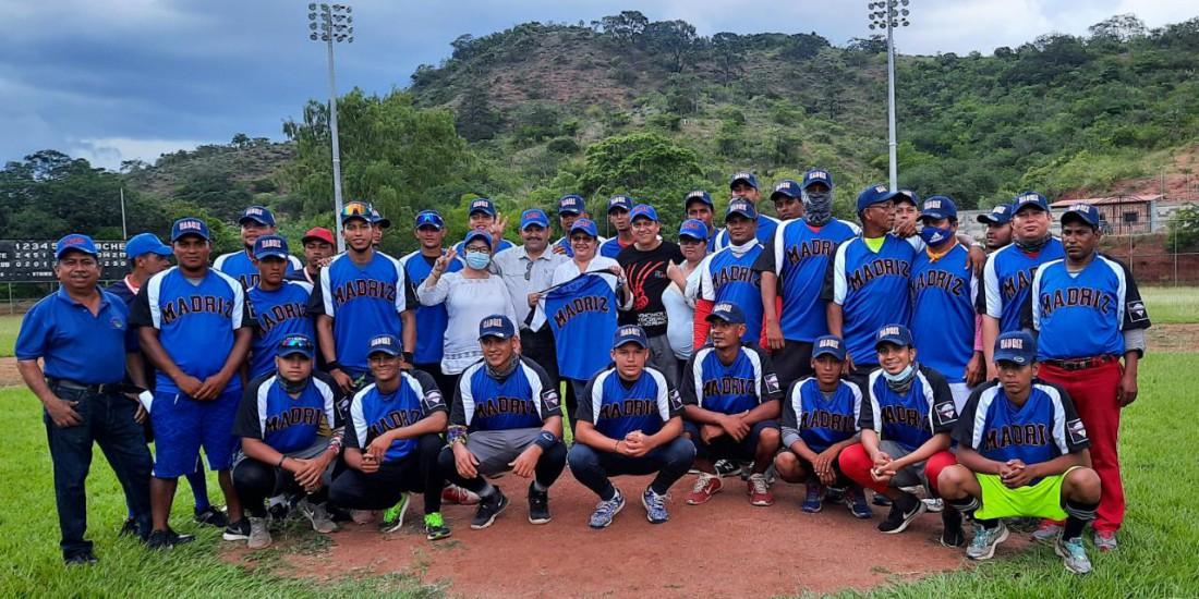 Se desplazó enseguida al estadio de béisbol Hugo Chávez dotado de grama natural e iluminación; intercambió impresiones con deportistas que recibían utillaje deportivo.