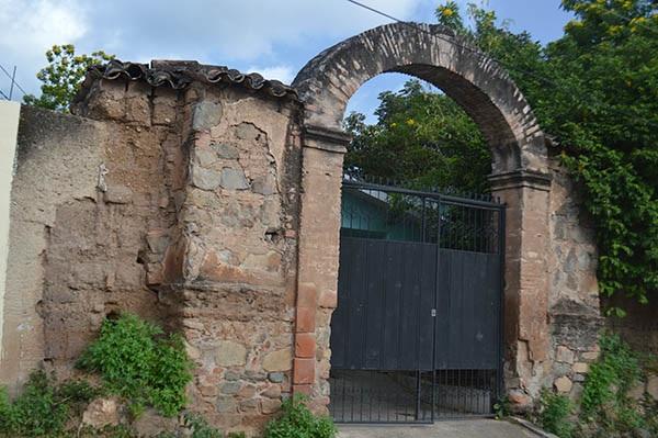 Las ruinas de la  vieja iglesia destruida en 1935 por órdenes del padre Mejía debido a  la profanación de que fue objeto por las tropas intervencionistas norteamericanas, los mismos de ayer que hoy atentan contra la soberanía patria