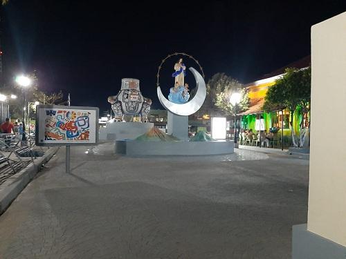Tiene tres monumentos: una  réplica de  un jarrón prehispánico tipo jaguar del Siglo 12; al centro una estatua de la Virgen de Concepción, de Este a Oeste, se alza  el rotulo con el nombre de la ciudad con letras en alto relieve.