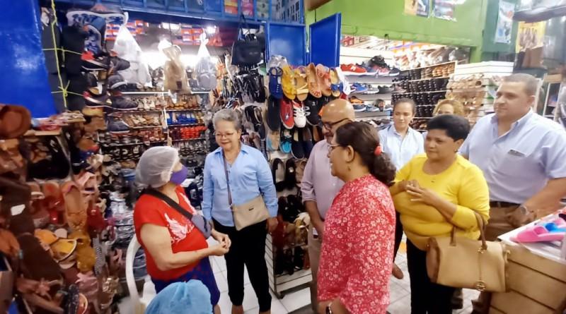 Amplia visita de presidenta del Inifom al mercado central en su estadía en Chinandega