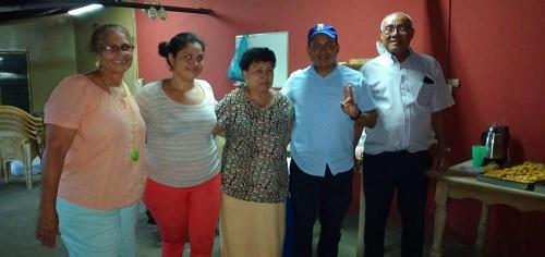 DoñaYadira con su familia, el director del Inifom, Iván Lacayo y el alcalde de Nandaime,  Roger Acevedo