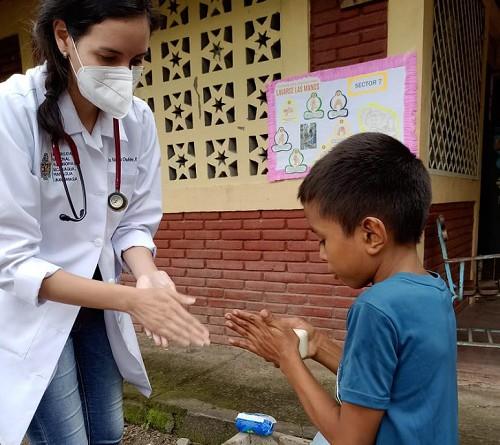 Servidora del Minsa instruyendo en lavado de manos