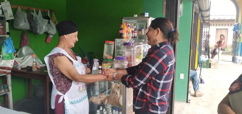 Alejandrina Cerro, es gran impulsora de la medicina natural e instaló una farmacia que atiende en el mercado. Es protagonista de Usura Cero.