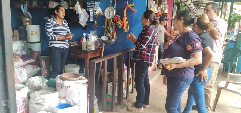 Elba Reyes comercializa concentrado para animales