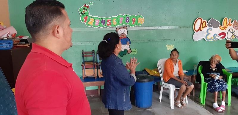 La alcaldesa de Ciudad Darío Lesbia Tremino en el albergue ubicado en el  preescolar Joel Fieux