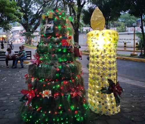 Adornos con material reciclado en Matagalpa, árboles con llantas viejas y candelas elaboradas con  botellas  plásticas
