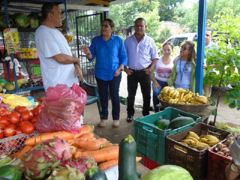 Javier Torres, quien tiene una venta de verduras, señala que emprendió su negocio después del intento de golpe y con esa actividad sostiene a su familia.