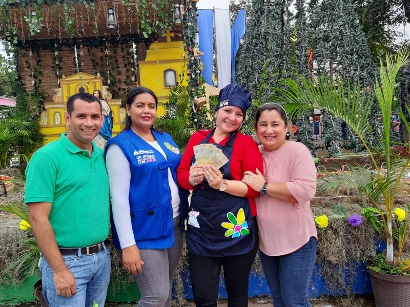 Raquel Altamirano Valdivia, muestra su premio del 1° lugar .Ella participará en el evento de caracter departamental próximamente
