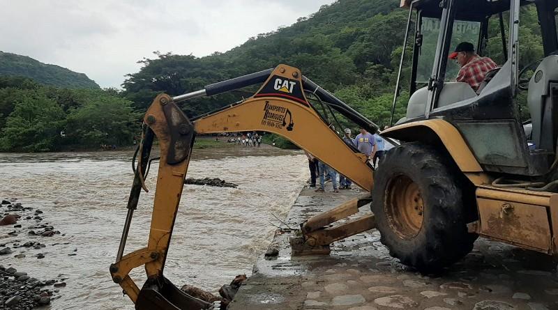 Removiendo escombros en el puente La Calabaza en Sébaco
