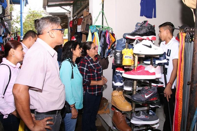En el mercado, los comerciantes mostraron contento ante la presidenta del Inifom, porlas oportunidades y actividades que se impulsan para dinamizar la economía local