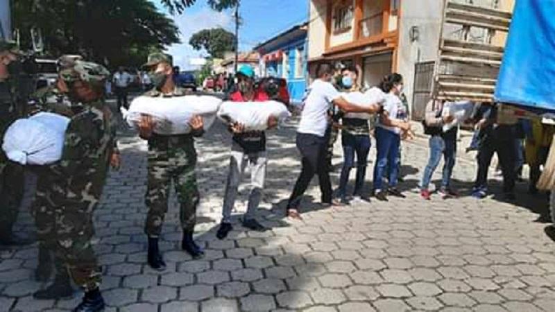 Ejército de Nicaragua, en labores de descargue de paquetes alimenticios, láminas de zinc, y hamacas para ser entregadas a las familias en comunidades afectadas por las lluvias