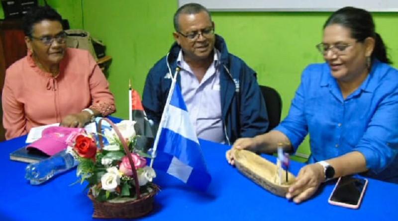 Una lancha en miniatura, símbolo de la actividad pesquera recibe la presidenta del Inifom, en Puerto Morazán