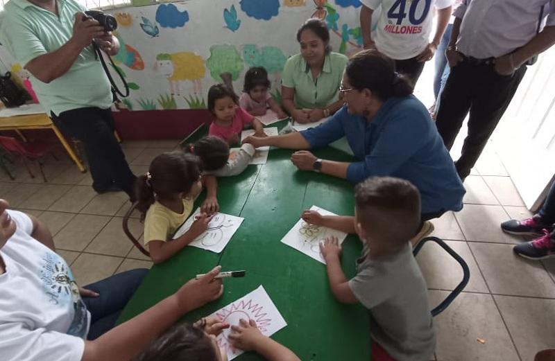 Finalmente fue al Centro de Desarrollo Infantil Paz y Alegría, donde reciben atención 37 menores con los que la visitante compartió ternura.