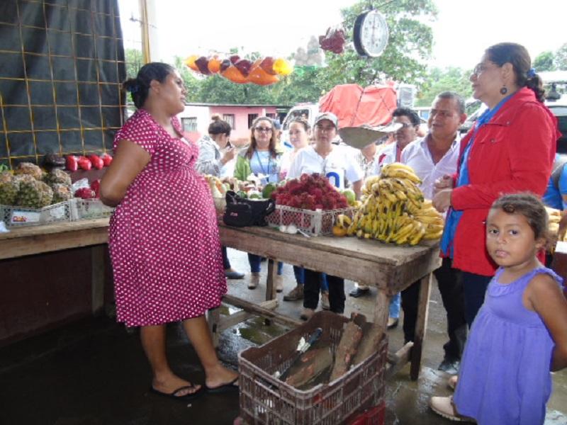 Yolanda Jirón, quien oferta verduras y próxima a dar a luz. Reveló que reciben buena atención del gobierno local en el mercado y a propósito de su estado de gravidez, igualasistencia reciben las mujeres que se albergan en la casa materna.