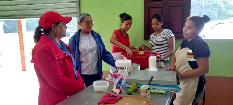 En el mercado, la presidenta del Inifom, charló conLeidy del Rosario Castillo, quien ofertarepostería que ella elabora y por sus conocimientos es facilitadora de cursos en el ramo y cocina nicaragüense en la Escuela Municipal de Oficios, donde a la vez impulsa a los estudiantes a emprender.