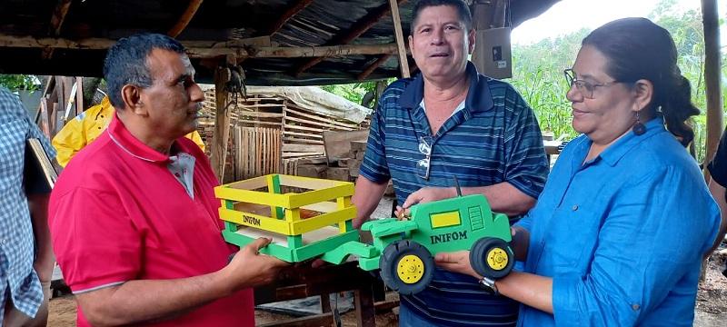 La visitante se interesó por la firma creativa Emprendimientos que Inspiran y para ello se trasladó a la comunidad El Pozo, al taller del artesano de la madera Francisco Arreata, con ese a sus dos hijas, ambas muy activas en sus negocios de repostería y floristería.