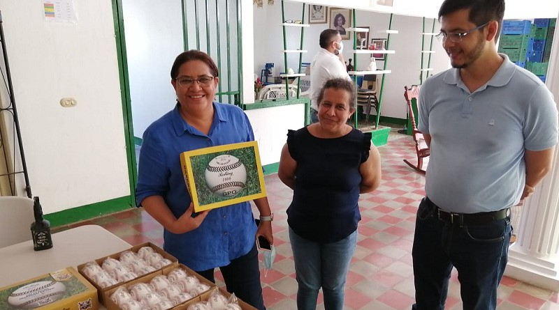 En San Jorge: Una visita dulce, una fábrica de pelotas y un jardín cactáceo