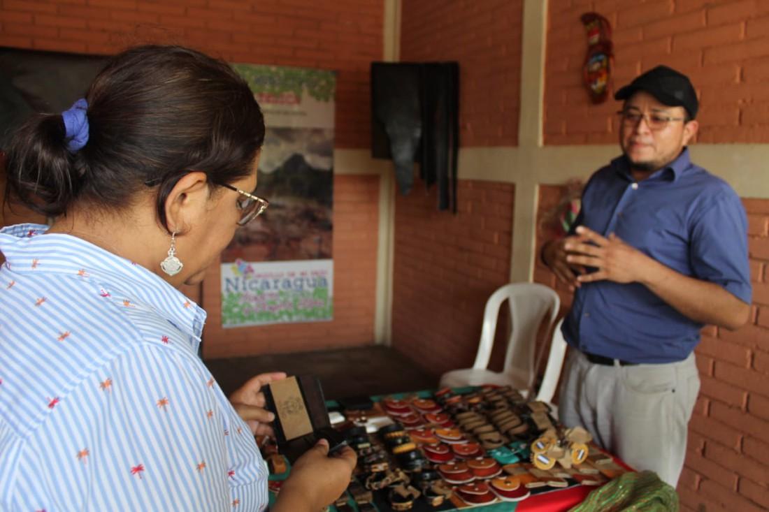 En el mercado saludó y felicitó con cariño a Allan Rocha, artesano de la rama del cuero que por cierto ganó el primer lugar en el concurso departamental en esa especialidad. Él participará en el certamen nacional de artesanía en Rivas el próximo 18 de los corrientes.