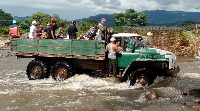 San Juan de Limay: Camión transporta a pobladores del casco urbano que habían quedaron varados en la comunidad Mateare por la crecida del río