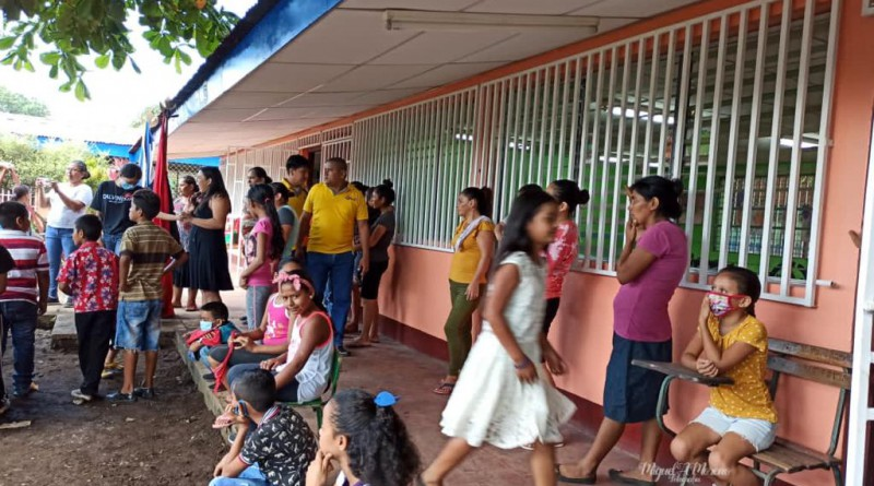 Niños  y padres de familiadel preescolar recién inaugurado