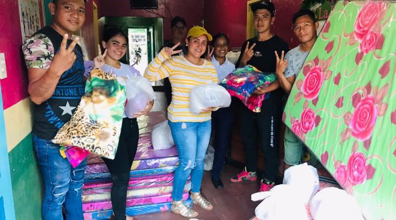 La Paz Centro:Jóvenes reciben de la alcaldía dotación de alimentos, colchones y frazadas para personas en estado crítico post Iota.