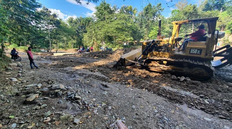 Wiwili de Jinotega. La alcaldía y  el l  MTI reparan punto del camino destruido por las lluvias en la comunidad sector la escuela La Joba.