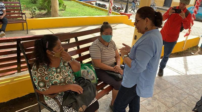 Con habitantes de la comunidad Monte Grande en el parque central