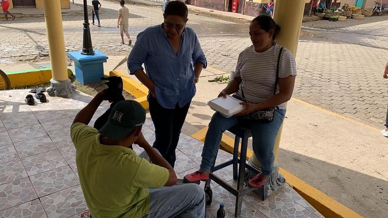 William Alberto Moreno  conversa con la presidenta ejecutiva del Inifom