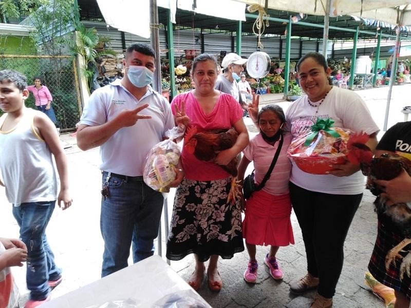 Protagonistas ganadores del concurso el gallo y gallina más gorda en mercado de Somoto