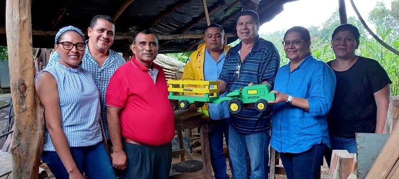 La foto capta al compañero Henry haciendo presencia directaen el taller del artesano de la madera Francisco Arreata en la comunidad El Pozo, acompañando a la presidenta del Inifom, Guiomar Irías el pasado 6 de noviembre en su recorrido institucional en Quezalguaque.